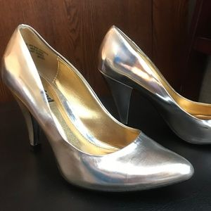 Unlisted Silver pumps